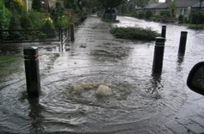 Straatput loopt over bij zware regenval door hoosbui
